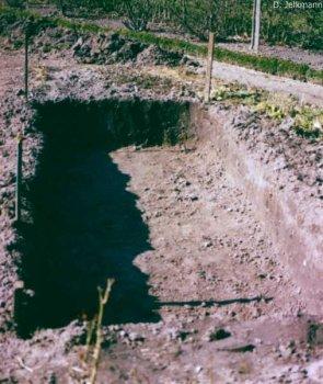 ausgehobene Moorbeet-Grube